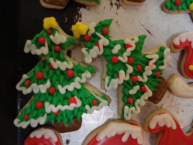 Елочное печенье, украшенное глазурью