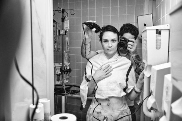 Άντρας Φωτογραφίζει την Μάχη της Γυναίκας του με τον Καρκίνο