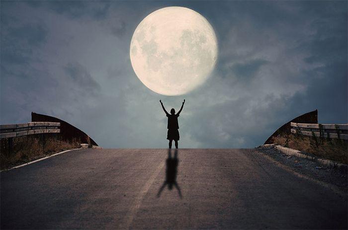 Δημιουργικές Φωτογραφίες Ανθρώπου να Παίζει με το Φεγγάρι