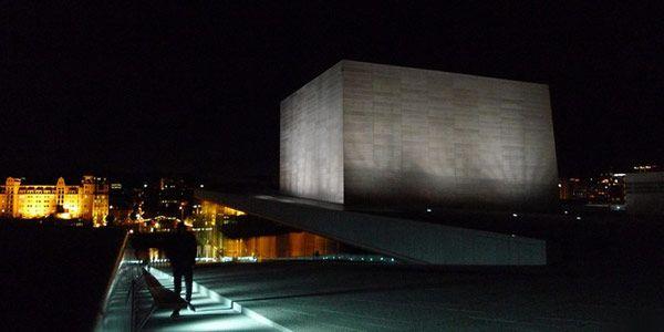 Νυχτερινή άποψη του κτιρίου της Όπερας στο Όσλο