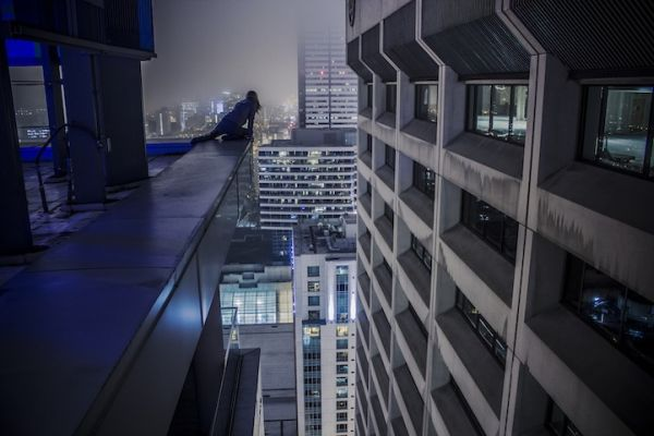 neo-rooftopping-show-sto-parisi-pou-tha-sas-kopsei-tin-anasa-04
