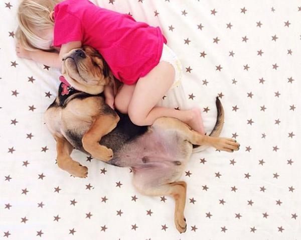 Ο Γλυκός Ύπνος του Παιδιού Μαζί με το Κουτάβι του
