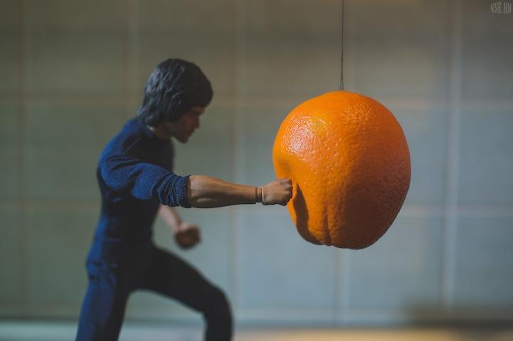 Μικροσκοπικός Bruce Lee Χρησιμοποιεί Πολεμικές Τέχνες για να Ετοιμάσει το Πρωινό