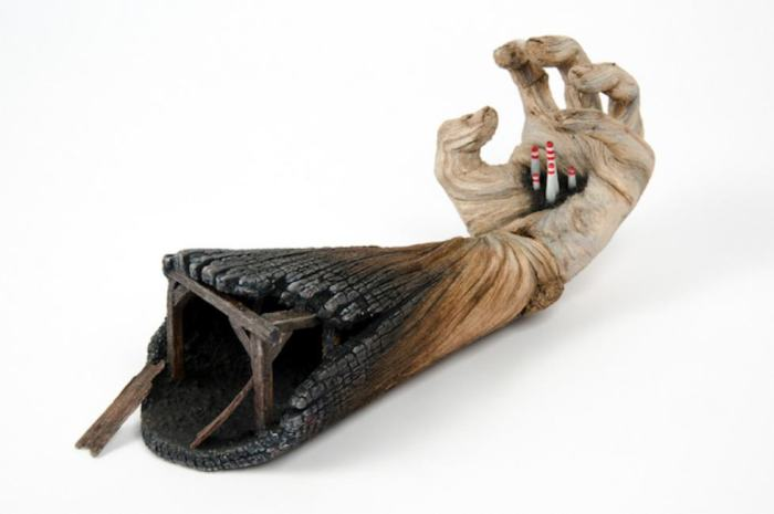 Σουρεαλιστικά Κεραμικά Γλυπτά που Μοιάζουν με Ξύλο